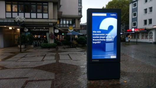 Acht Cityscreens stehen neuerdings in Braunschweig. Unter anderem am Schild / Meinardshof.