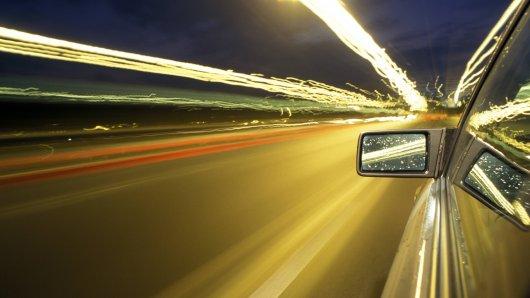 Ein Autofahrer hat sich eine irre Verfolgungsfahrt mit der Polizei auf der A2 bei Braunschweig geliefert. (Symbolbild)