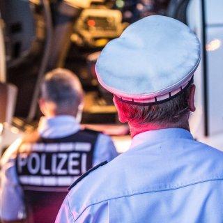 Die Autobahnpolizei Braunschweig wurde am Donnerstag auf die A2 nach Helmstedt gerufen. Dort hatte eine Frau an einem Lkw eine unheimliche Entdeckung gemacht... (Symbolbild)
