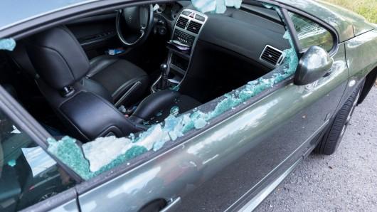 In Braunschweig wurde ein Auto gleich zwei Mal völlig demoliert. (Symbolfoto)