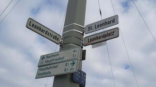 Leonhardplatz oder St. Leonhard? Was hat es mit dem durchgestrichenen Straßenschild auf sich?