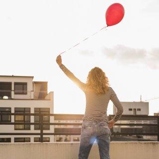 Eine Frau hat einen roten Ballon steigen lassen. Was dann jedoch passiert ist, ist wirklich filmreif. (Symbolbild)