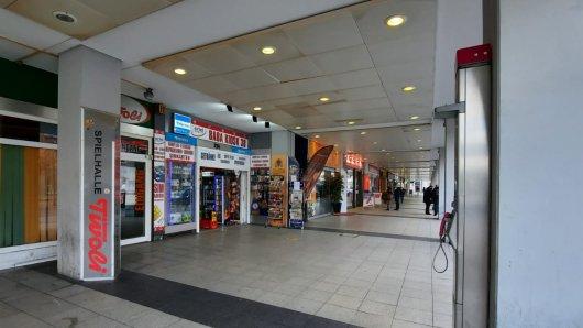 Unter den Rathaus-Kolonnaden gibt es insgesamt drei Kioske, die sehr offensiv mit ihrem alkoholischen Angebot werben.