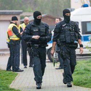 160 Einsatzkräfte haben in Niedersachsen und Sachsen-Anhalt Wohnungen durchsucht. Die Ermittlungen laufen in Braunschweig, Wolfsburg und Magdeburg. (Symbolbild)