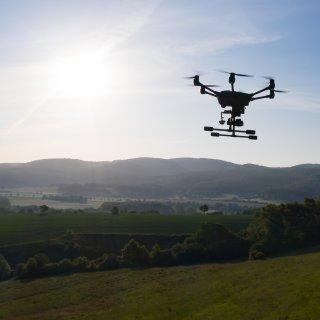 Mit einer Drohne werden Felder in Braunschweig abgesucht. (Symbolbild)
