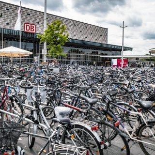 Wenn du DAS an deinem Fahrrad am Bahnhof findest, solltest du sofort reagieren. (Archivbild)