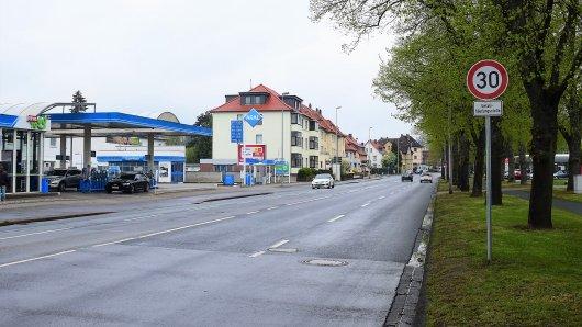 Dass auf einem kurzen Abschnitt der Salzdahlumer Straße in Braunschweig neuerdings Tempo 30 gilt, kommt bei den meisten Autofahrern nicht gut an. Die Stadt hält dagegen!