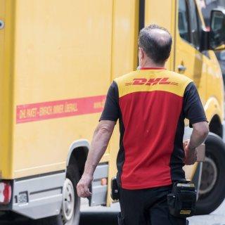 Ein DHL-Zusteller wollte in Braunschweig Pakete ausliefern. Für einen Motorradfahrer endete das in einer Katastrophe. (Symbolbild)