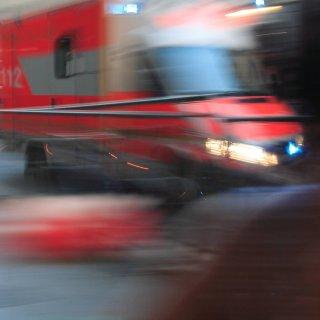 Vier Männer mussten am frühen Sonntagmorgen mit Stichverletzungen in Krankenhäuser gebracht werden. (Symbolbild)