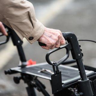 In Zukunft wird es insbesondere für ältere Menschen besonders schwierig DAS zu machen! (Symbolbild)