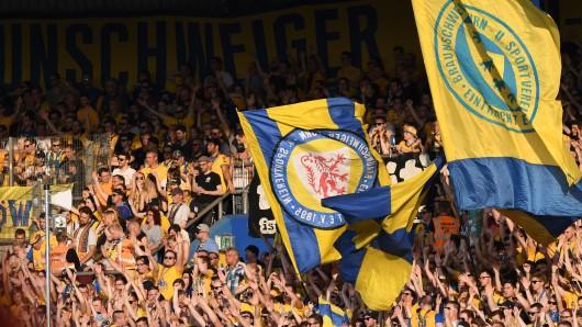 Die Eintracht Braunschweig-Fans in Aktion. Am Samstag kommt Energie Cottbus zum Showdown an die Hamburger Straße (Archivbild).