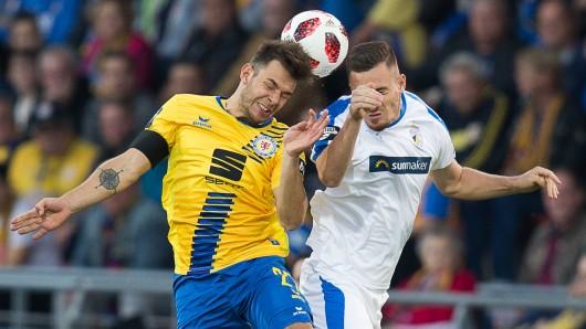 Kopfballduell zwischen Eintrachts Niko Kijewski und Jenas Dennis Slamar