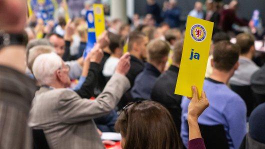 Eine Abstimmung während der Jahreshauptversammlung von Eintracht Braunschweig am Donnerstag im Eintracht-Stadion in Braunschweig.