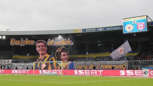Mit dieser Choreografie erinnerten die Fans von Eintracht Braunschweig an die verstorbene Vereinslegende Jürgen Moll und seine Frau Sigrid.