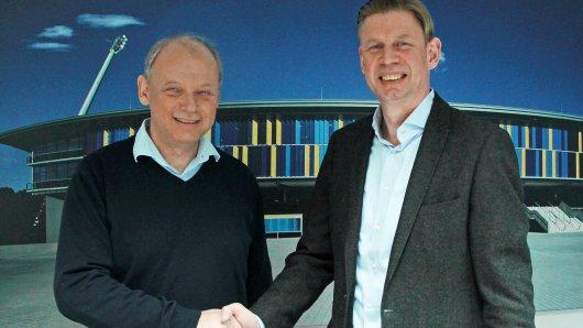 Olaf Podschadli (rechts) bei der Begrüßung durch Sebastian Ebel, den Aufsichtsratsvorsitzenden von Eintracht Braunschweig. (Archivfoto)