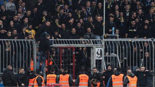 Die Ultras von Eintracht Braunschweig waren nach dem Spielende durch ein offenes Tor in den Innenraum gestürmt.