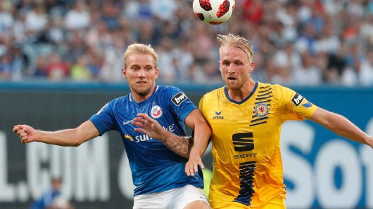 Eintracht Braunschweig hat das Hinspiel 0:2 verloren. Hier zu sehen: Philipp Hofmann im Duell mit Stefan Wannenwetsch von Hansa Rostock.