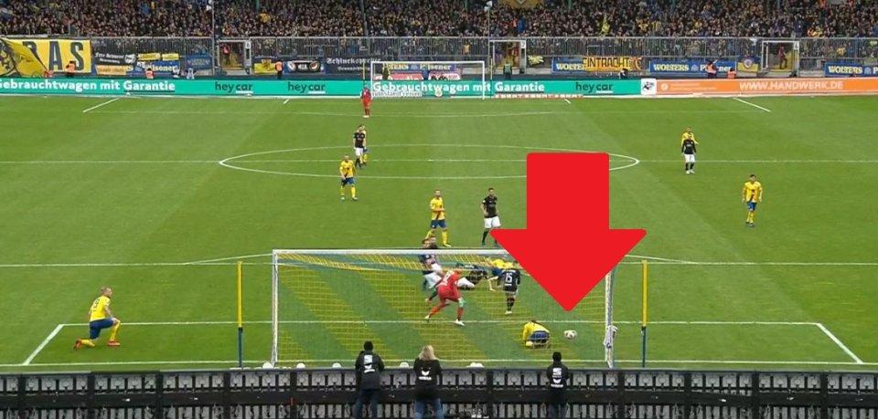 Manuel Janzer klärt den Ball auf der Linie. Eine echte Slapstick-Nummer.