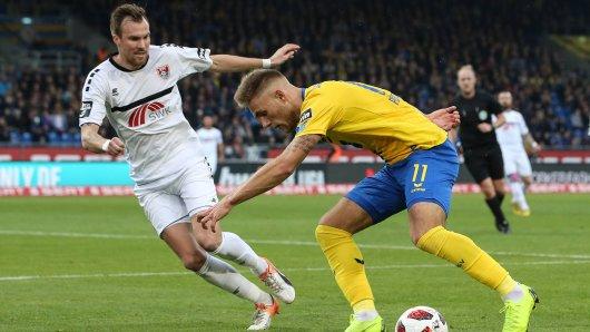 Leandro Putaro (Eintracht Braunschweig) im Duell mit Kevin Großkreutz (KFC Uerdingen). Letzterer fehlt am Montag nach seiner zehnten gelben Karte.