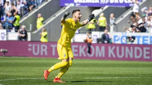 Osnabrücks Torhüter Nils Körber jubelt über das 1:0 seines Teams.