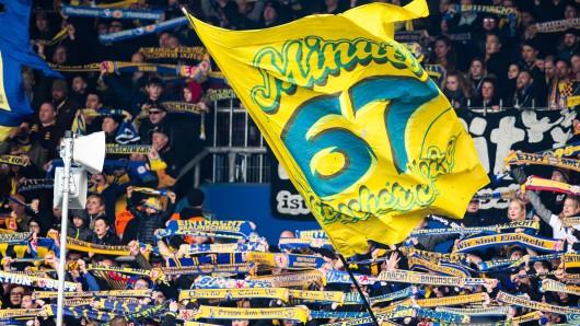 Die Eintracht Braunschweig-Fans in der Südkurve feiern ihre Mannschaft - und die historische 67. Minute (Archivbild).