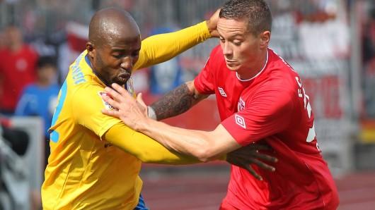 Das war im Jahr 2011: Domi Kumbela (Eintracht Braunschweig) im Zweikampf mit Christian Müller (FC Energie Cottbus).