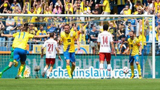 Eintracht Braunschweig oben auf, Energie Cottbus am Boden. Nach Abpfiff kannte die Freude der Löwen-Fans keine Grenzen mehr.