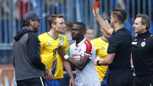 Beim Spiel Eintracht Braunschweig gegen Energie Cottbus sah Christoph Mez die Rote Karte. Jetzt steht seine Sperre fest.