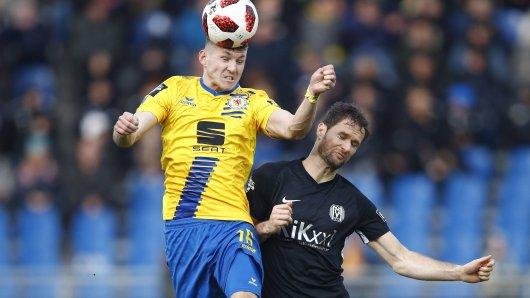 Kommende Saison Kollegen: Robin Becker im Duell mit Nick Proschwitz - damals noch im Dress des SV Meppen.