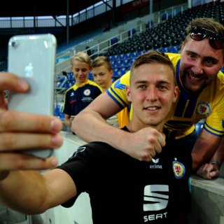 Martin Kobylanski von Eintracht Braunschweig feiert nach dem Sieg in Magdeburg mit Fans.