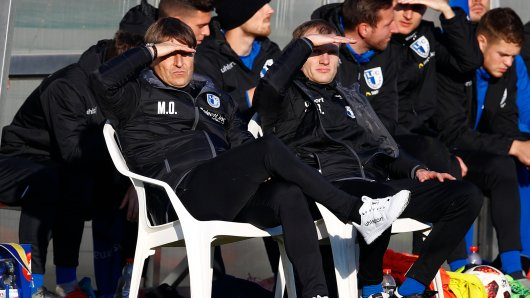 Magdeburgs Trainer Michael Oenning (l) und Magdeburgs Co-Trainer Silvio Bankert. (Archivbild)