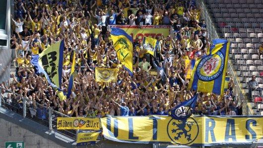Eintracht Braunschweig - so feierten die Fans den Sieg beim 1. FC Kaiserlautern.