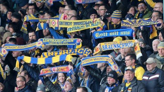 Fans von Eintracht Braunschweig in Aktion. (Archivbild)