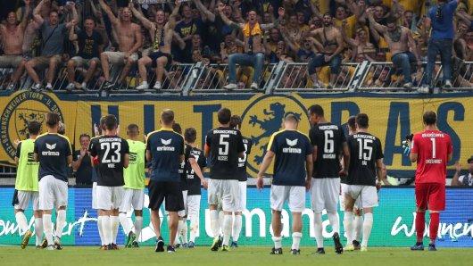 1.700 Fans von Eintracht Braunschweig feierten mit den Löwen einen 4:2-Sieg beim 1. FC Magdeburg.