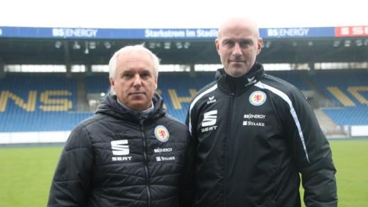 Sportdirektor Peter Vollmann (links) stellte am Montag Marco Antwerpen als neuen Trainer von Eintracht Braunschweig vor. (Archivbild)