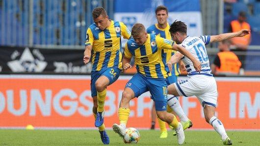 Moritz Stoppelkamp (r.) beschäftigte hier im Hinspiel gleich zwei Löwen-Spieler.