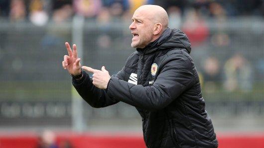 Eintracht-Braunschweig-Trainer Marco Antwerpen versucht in Würzburg, seine Löwen zum Sieg zu coachen. Geklappt hat es leider nicht. Jetzt macht auch noch eine Falschmeldung die Runde.