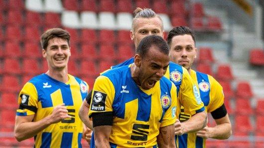 Nach seinem Siegtreffer für Eintracht Braunschweig sendete Steffen Nkansah (vorne) eine starke Botschaft.