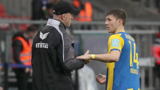 Trainer Marco Antwerpen (Eintracht Braunschweig) und Robin Becker im Gespräch. (Archivbild)