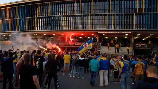 Eintracht Braunschweig steigt in die 2. Liga auf – die Fans feiern mit ihrer Mannschaft.