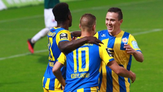 Eintracht Braunschweig hat die Verträge von zwei Spielern aufgelöst.