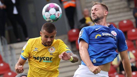 John Verhoek (Hansa Rostock) köpft das 1:0 gegen Robin Ziegele und Eintracht Braunschweig.
