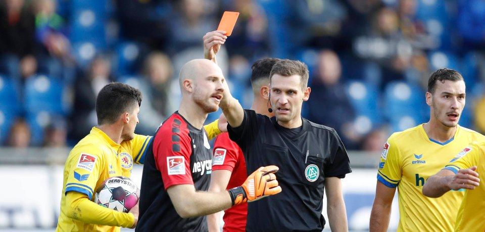 Der Aufreger-Moment des Spiels: Schiedsrichter Christof Günsch zückt im Spiel gegen Bochum die rote Karte. Eintracht Braunschweig-Keeper Felix Dornebusch kann es nicht fassen...