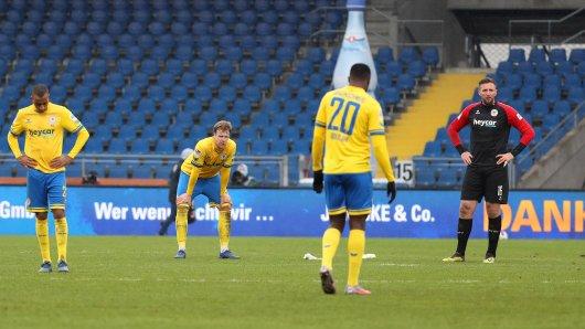Niedergeschlagen: Die Spieler von Eintracht Braunschweig nach dem Spiel gegen Hannover 96.