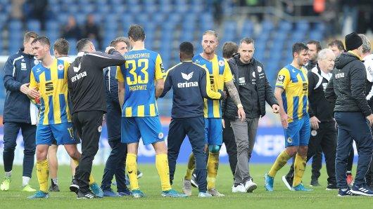 Nach acht sieglosen Partien musste der Trainer bei Eintracht Braunschweig seinen Hut nehmen. Jetzt hat er einen neuen Job.