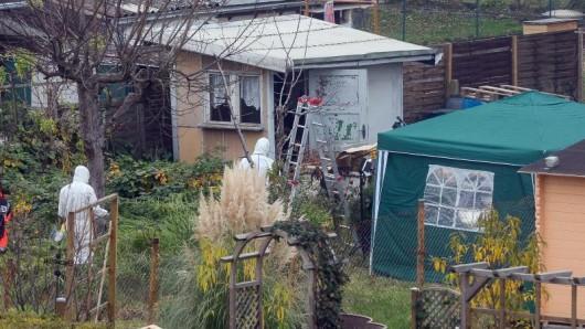 Polizisten durchsuchen eine Gartenlaube in einer Kleingartensiedlung in Luckenwalde.
