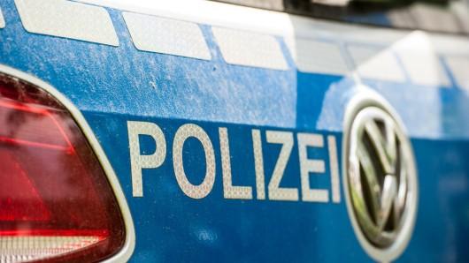 Die Beamten fanden den Unfallwagen in der Garage der Frau. (Symbolbild)