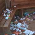 Müll liegt in einer Info-Hütte im Harz.