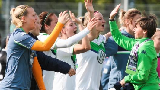 Die Wolfsburger Spielerinnen freuen sich über den Einzug ins Finale der Champions League.