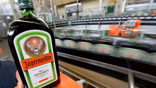 Seit mehr als 80 Jahren wird Jägermeister in Wolfenbüttel hergestellt und von dort aus in die ganze Welt vertrieben. (Symbolbild)